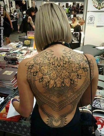 tatuajes de henna en la espalda de mujeres