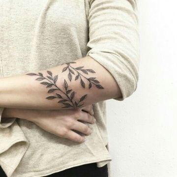 tatuajes de hojas de olivo para mujeres