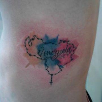 tatuajes de la bandera de venezuela en el costado