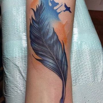 tatuajes de libertad y fuerza en el brazo