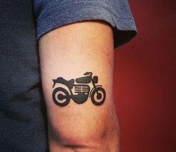 tatuajes de motos en el brazo en silueta