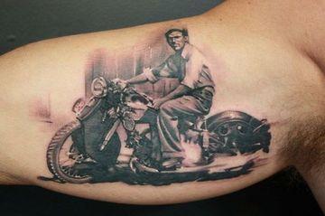 tatuajes de motos en el brazo tipo retrato