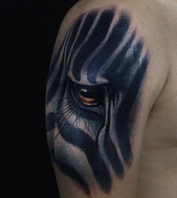 tatuajes de ojos de animales en el brazo