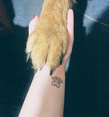 tatuajes de patitas de perro en la muñeca
