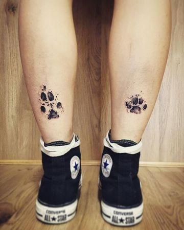 tatuajes de patitas de perro en los tobillos