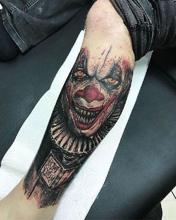 tatuajes de payasos diabolicos en la pierna