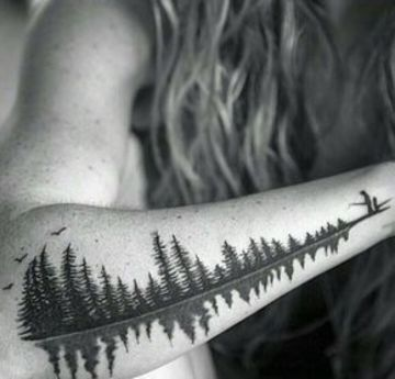 tatuajes de pinos en el brazo horizontal