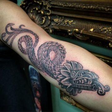 tatuajes de serpiente emplumada de hombres