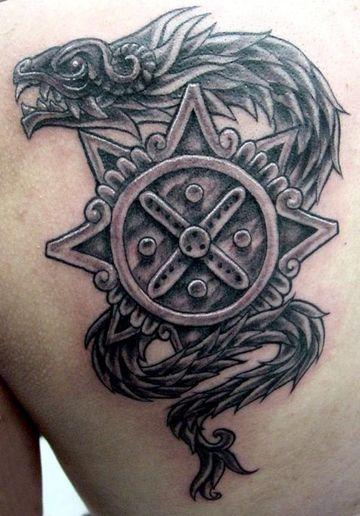 tatuajes de serpiente emplumada en la espalda