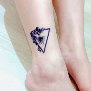 tatuajes de triangulos para mujeres en el tobillo