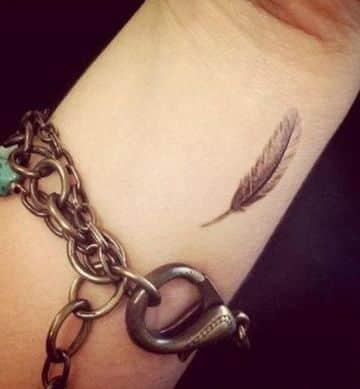 fotos de tatuajes en la muñeca de pluma