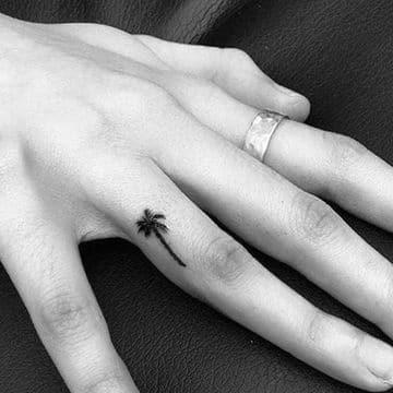 significado de tatuaje de palmera en el dedo
