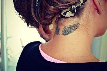 tatuajes de alas en el cuello de angel