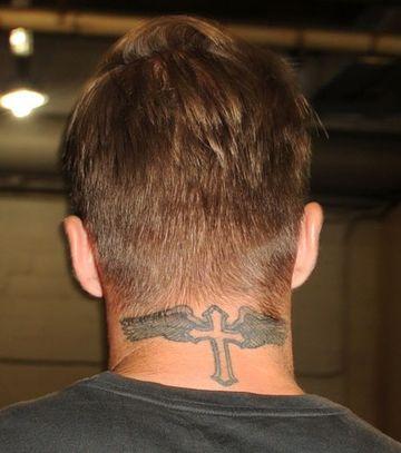 tatuajes de alas en el cuello de famosos