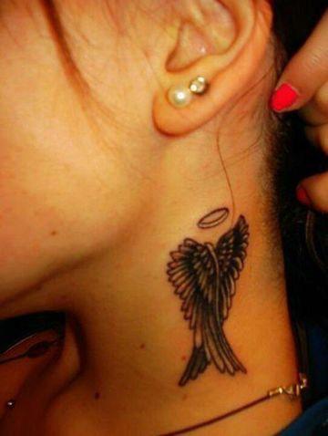 tatuajes de alas en el cuello de mujeres