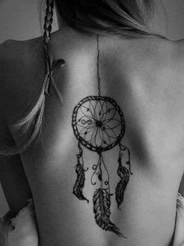 tatuajes de atrapasueños indiosen la espalda