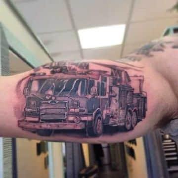 tatuajes de camiones en el brazo estilo evejecido