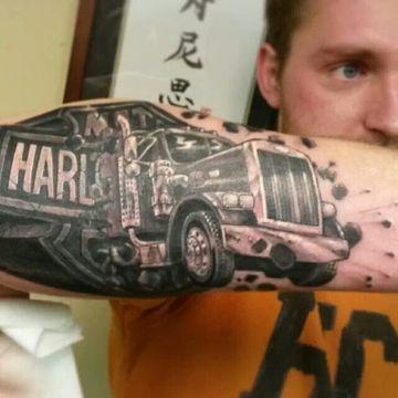 tatuajes de camiones en el brazo para hombres