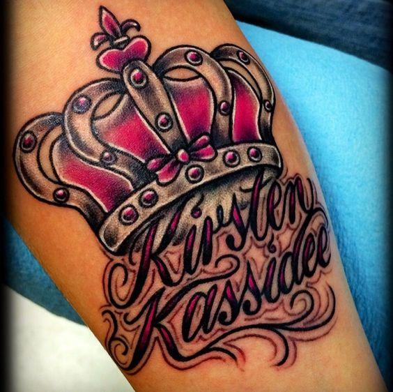 tatuajes de coronas con nombres de hijas