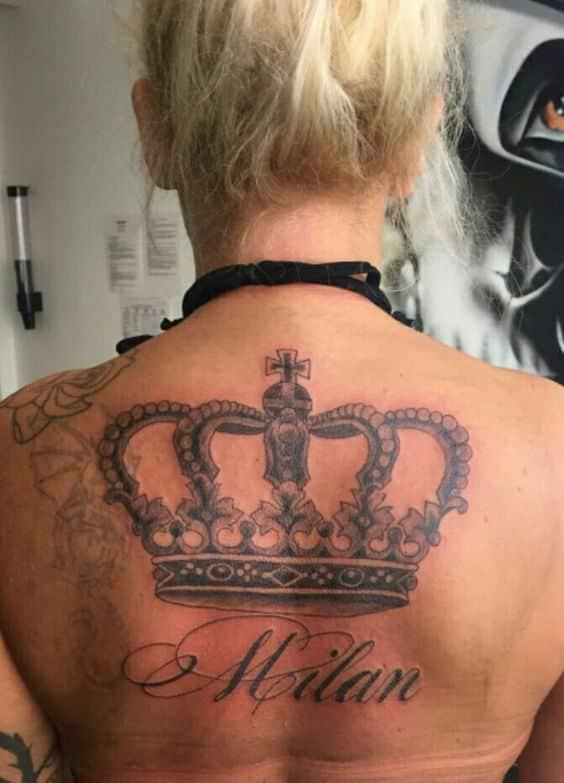 tatuajes de coronas con nombres en la espalda