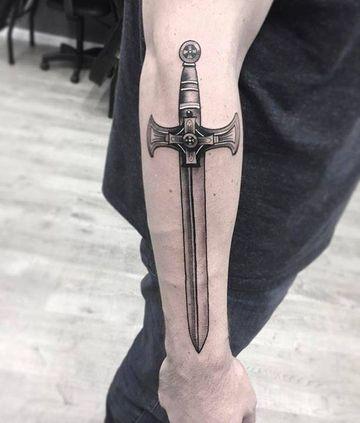 tatuajes de espadas en el brazo grande