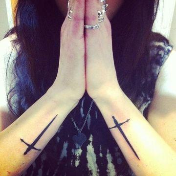 tatuajes de espadas en el brazo mujeres