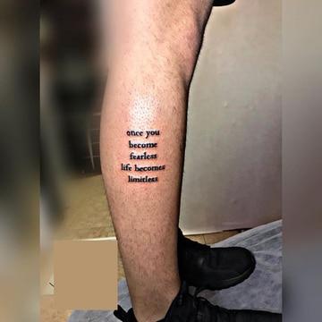 tatuajes de frases en la pierna de hombres