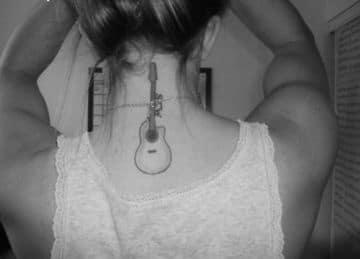 tatuajes de guitarras para mujer en el cuello