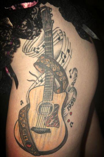 tatuajes de guitarras para mujer en la cadera