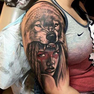 tatuajes de indios y lobos en brazo de mujer