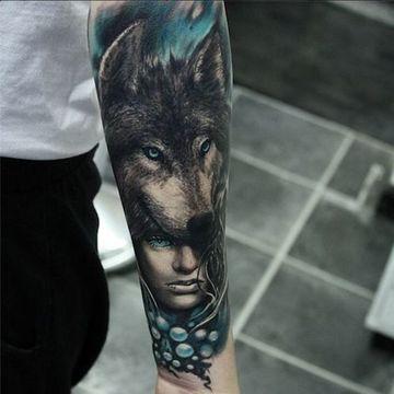 tatuajes de indios y lobos en el brazo