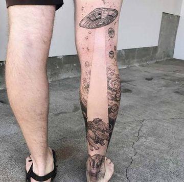 tatuajes de naves espaciales en la pierna