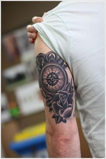 tatuajes en el triceps para hombres de reloj