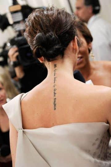tatuajes escritos en la espalda hacia el cuello