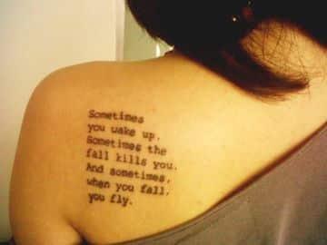 tatuajes escritos en la espalda para mujeres