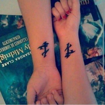 tatuajes iguales para amigas en el brazo