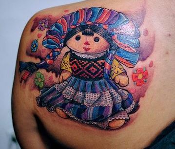 Mexican doll tattoos en la espalda