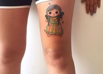 Mexican doll tattoosen la pierna