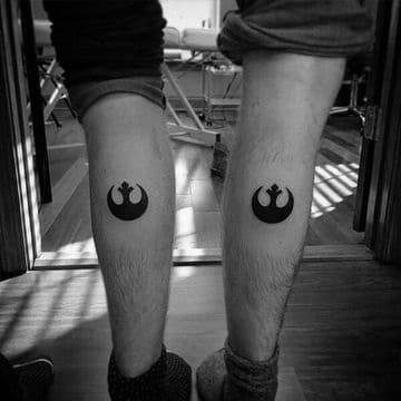 tatuajes de amigos hombres en las piernas