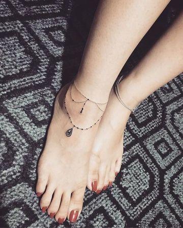 tatuajes de brazaletes para mujer en el pie delicados