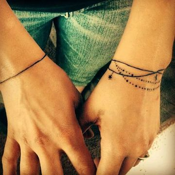 tatuajes de brazaletes para mujer en la muñeca