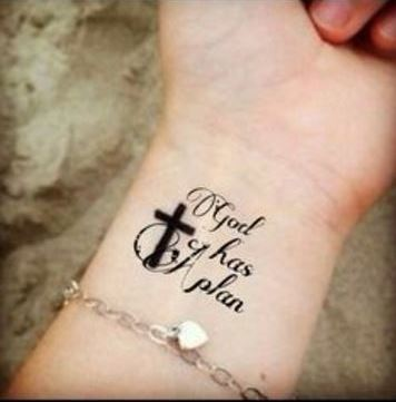 tatuajes de cruces en la muñeca con frase