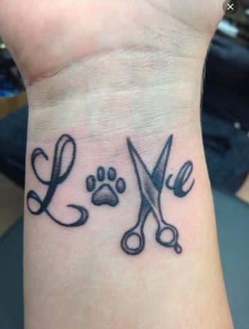 tatuajes de tijeras para mujer en la muñeca