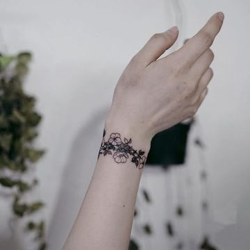 tatuajes en forma de pulsera de flores