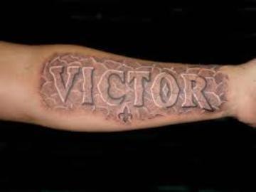 tatuajes con el nombre de victor para hombres