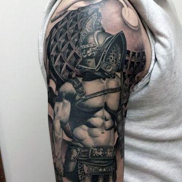 tatuajes de guerreros romanos en el brazo