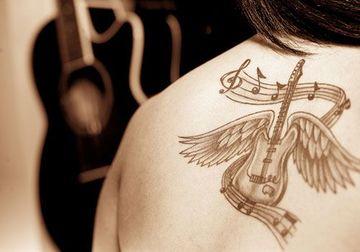 tatuajes de guitarras para mujer con alas
