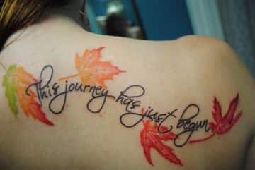 tatuajes de hojas de otoño en la espalda