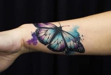 tatuajes de mariposas en acuarela en el brazo