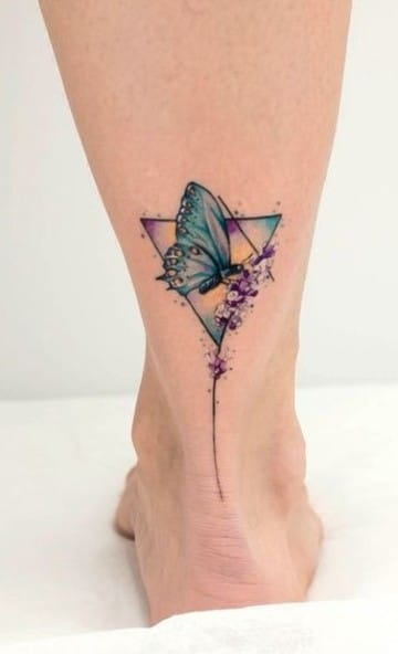 tatuajes de mariposas en acuarela en el tobillo